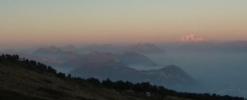 112 Les Bauges et le Mont Blanc vus du Mont Granier b